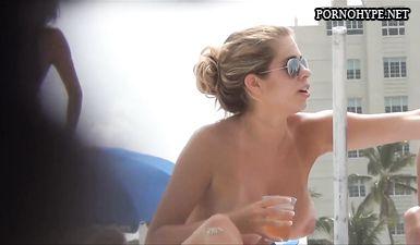 Большие голые сиськи девушки заснял скрытой камерой на пляже