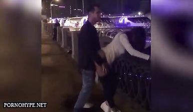 Публичный секс бухих на набережной в Москве