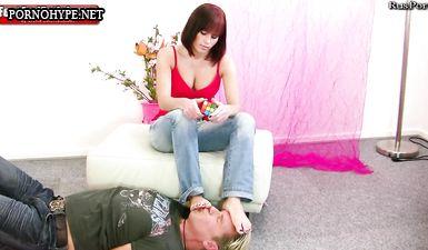 Униженный раб лижет пальцы ног хозяйке пока она играет