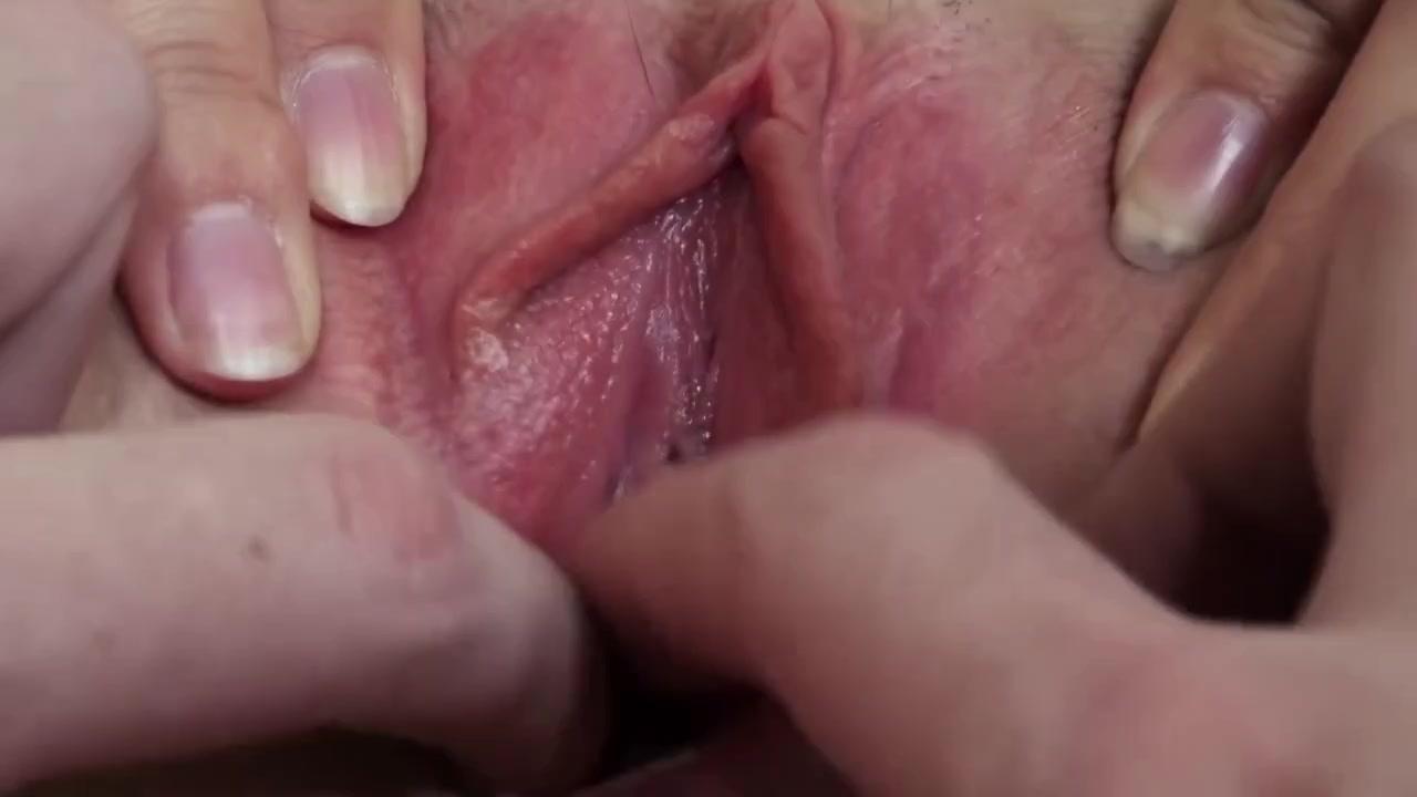Пиздолиз старательно лижет языком бритое влагалище девушки - порно ...