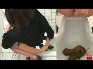 Порно ролики скрытая камера в туалете срут