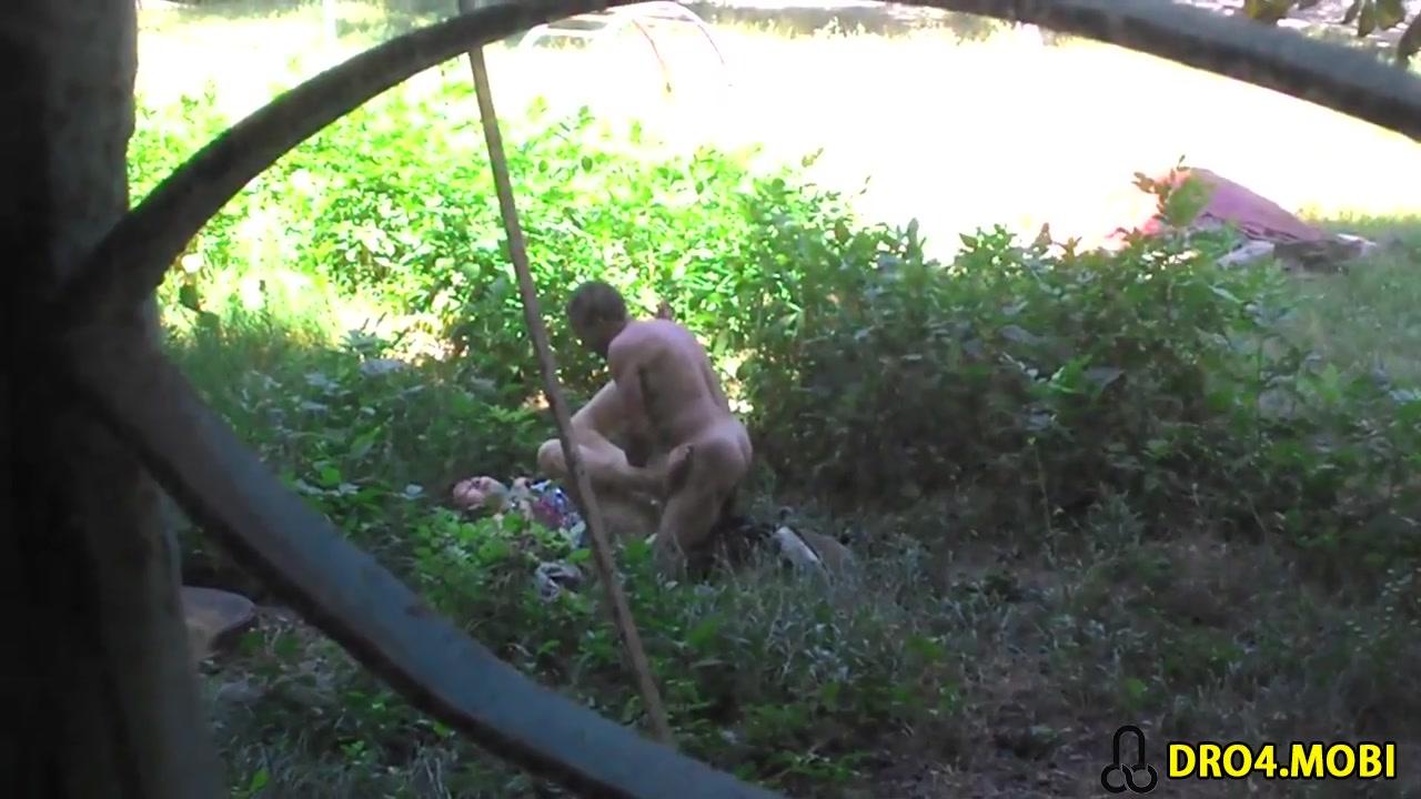 ebutsya-v-kustah-russkie-idealnaya-osedlala-muzhika-porno