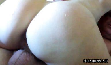 Жена с большой жопой садится на член и сладко стонет