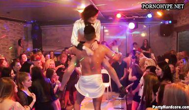 Пьяные бабы сосут хуй у стриптизера на порно вечеринке
