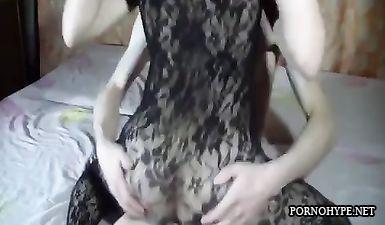 Жена в секс комбинезоне изменяет мужу с его другом