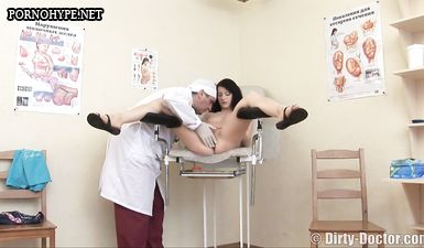 Гинеколог во время осмотра трахнул замужнюю брюнетку