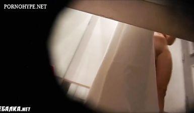 Скрытая камера сняла как блондинка переодевает трусики