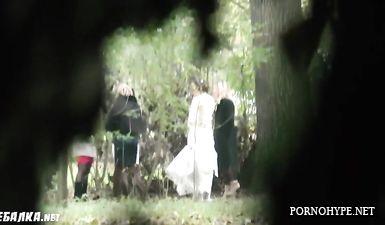 Вуайерист скрытой камерой снял писающих женщин в парке