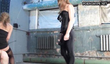 Две госпожи делают больно каблуками шпильками рабу