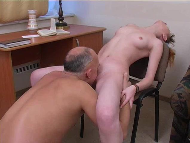 Пожилой профессор жарит студентку