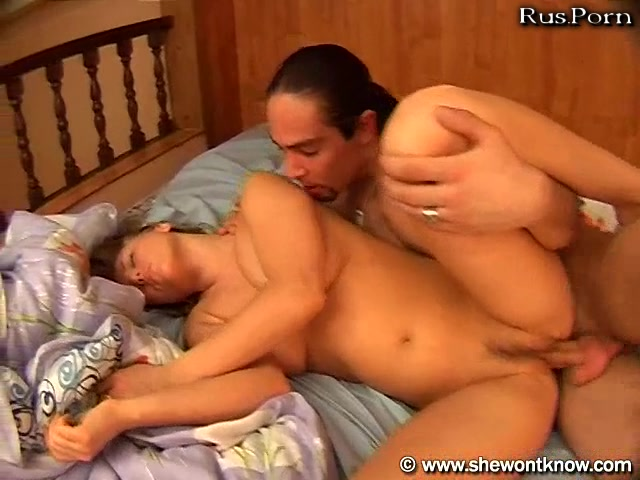 Смотреть видео порно онлайн брат трахает спящую сестру пока родителей
