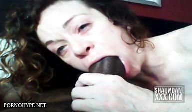 Жена изменяет с негром делая минет, его хуй еле помещается в рот жены
