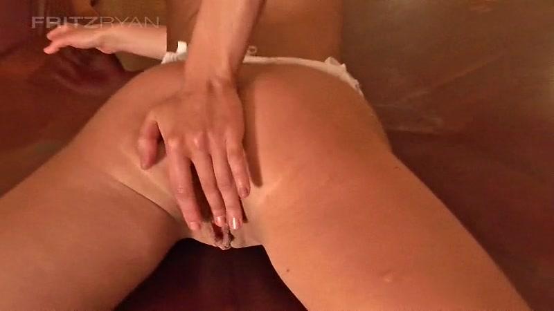 hudenkaya-bryunetka-hochet-v-popu-porno-erot-seks-foto
