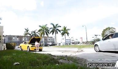 Толстушка с огромной жопой отсосала и дала в анал за ремонт машины