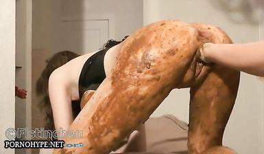 Муж копрофил полностью измазал жену своим гавном и затолкал его в пизду