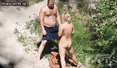 Вуайерист снимает скрытой камерой как русская пара трахается на речке