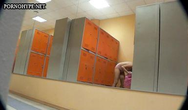 Пожилая женщина в раздевалке не замечает съемку скрытой камерой