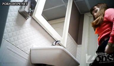 Тёлка ссыт тугой струей в туалете и попадает на скрытую камеру
