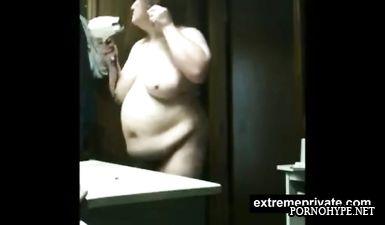 Подглядывание за толстой женой в душе