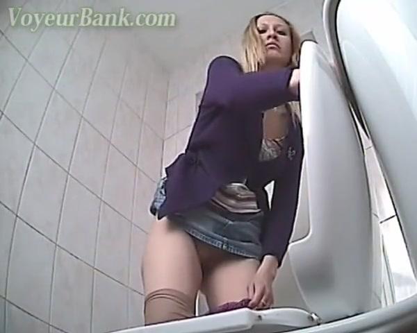 Смотреть порно онлайн ролики скрытая камера вв женских туалетах лучшее