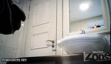 Скрытая камера в офисном туалете снимает писающих девушек