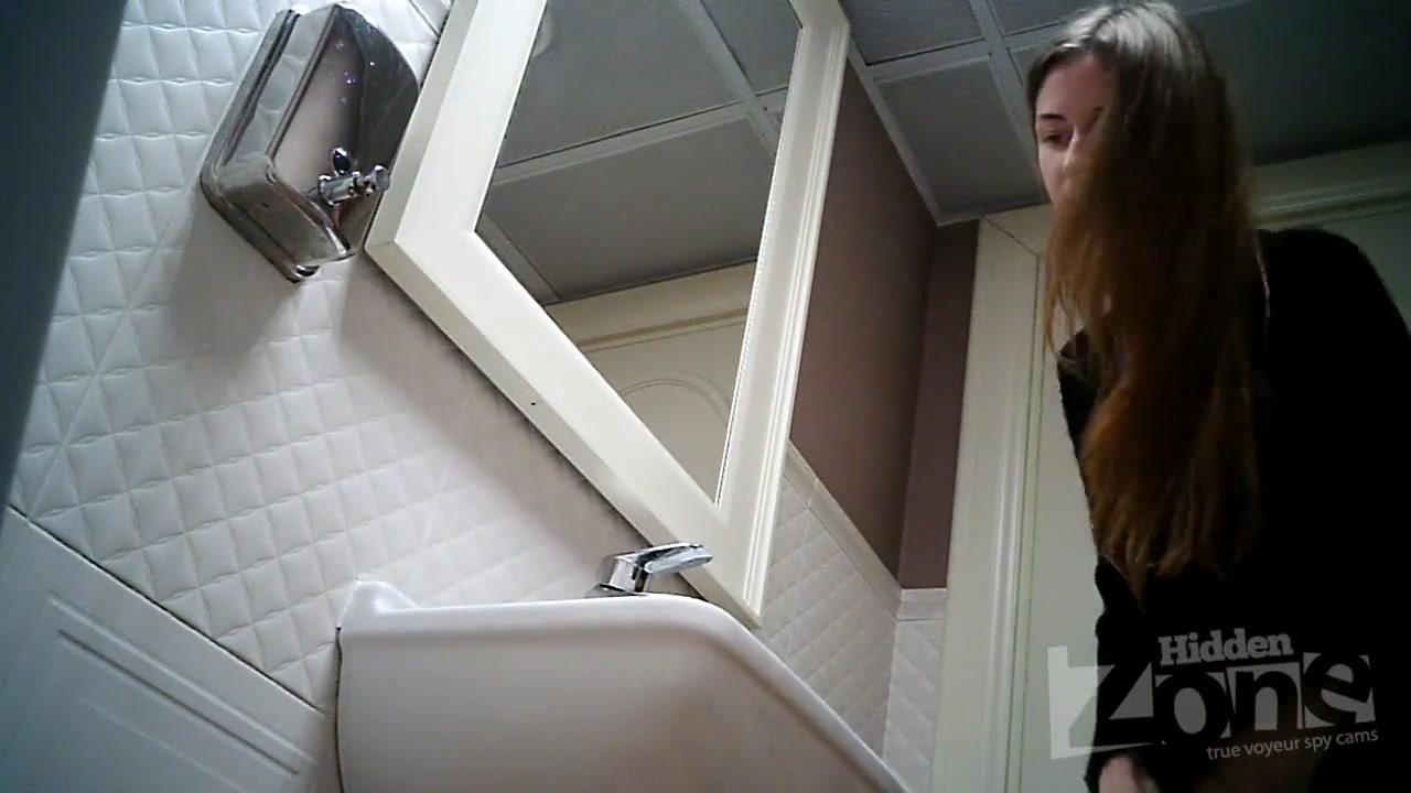 Порно онлайн со стервой друга в туалете