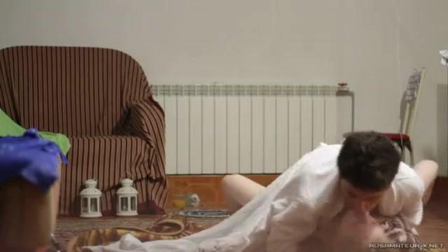 para-na-polu-trahayutsya-video-popku-politseyskom