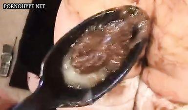 Трахает бабу в жопу и после анала она какает спермой