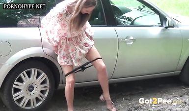 Молодая жена писает около машины по дороге на дачу