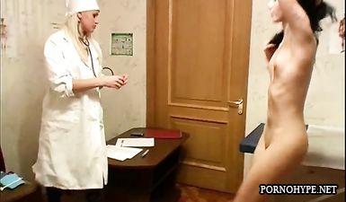 Молодая студентка на осмотре у гинеколога с вагинальным расширителем