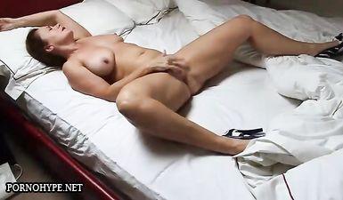 Подсматривание за мастурбирующей зрелой тёлкой в спальне
