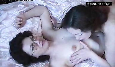 Муж предложил жене заняться лесби сексом с его сестрой