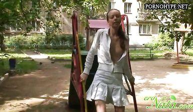 Длинноволосая русская тёлка задрала на улице юбку и показала пизду
