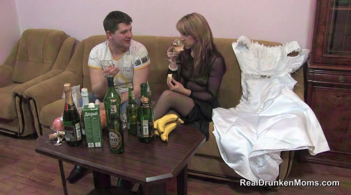Смотреть ебут пьяных невест