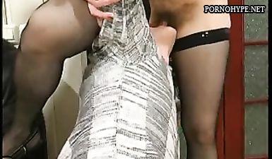 Молодой пацан лижет волосатую пизду у русской зрелой бабы в чулках