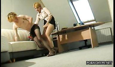 Зрелая начальника унижает подчиненного переодевая его в женскую одежду