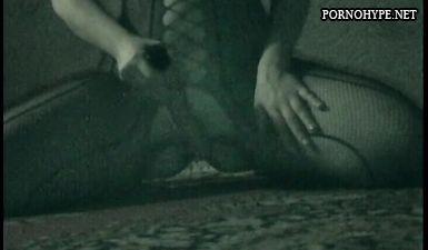 Похотливая жена мастурбирует резиновым фаллосом пока муж спит