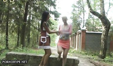 Две подружки раздвинули ноги и писают перед камерой друга на улице