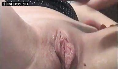 Муж языком теребит маленький клитор жены, и рукой трахает во влагалище
