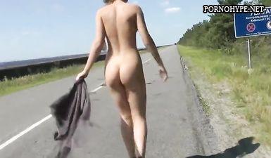 Русская молодая девочка голосует голая на трассе