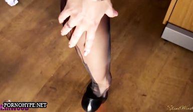 Сексуальная секретарша дрочит пизду на работе в лабутенах