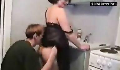 Сын извращенец занялся инцестом и трахнул мать на кухне