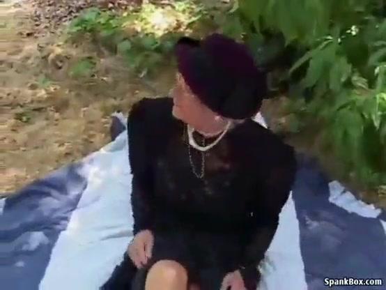 Порно видео парень лижет у пьяной алкашки бомжихи, шалит с анальными шариками
