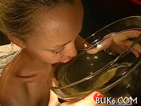 Сосет и пьет мочу порно