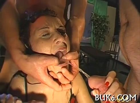 babu-ebut-a-ona-pisaet-video-transi-s-ogromnimi-zhopi