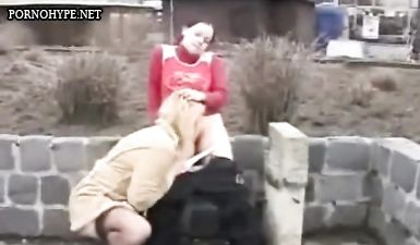 Тёлка ссыт в рот подруге на улице у всех на виду