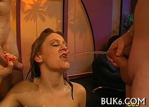 Девушки пьют сперму и мочу золотой дождь