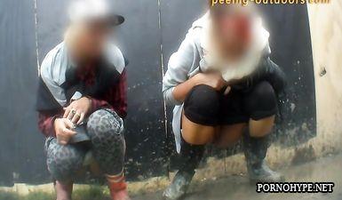 Две деревенские девочки присели пописать и попали на камеру