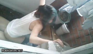 Друзья сняли как подростки трахаются на балконе на вписке