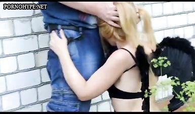 Парень держит за волосы подругу и трахает в рот во дворах общаги